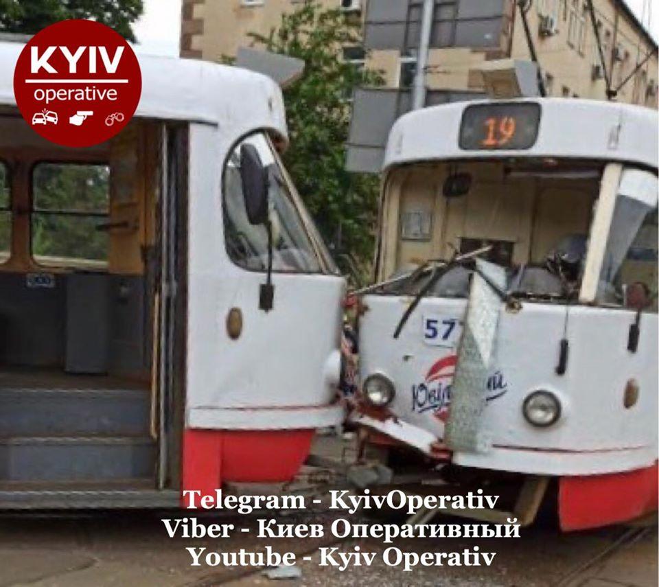 В Киеве столкнулись трамваи и горел КРАЗ: Сводка ДТП за 13 июля