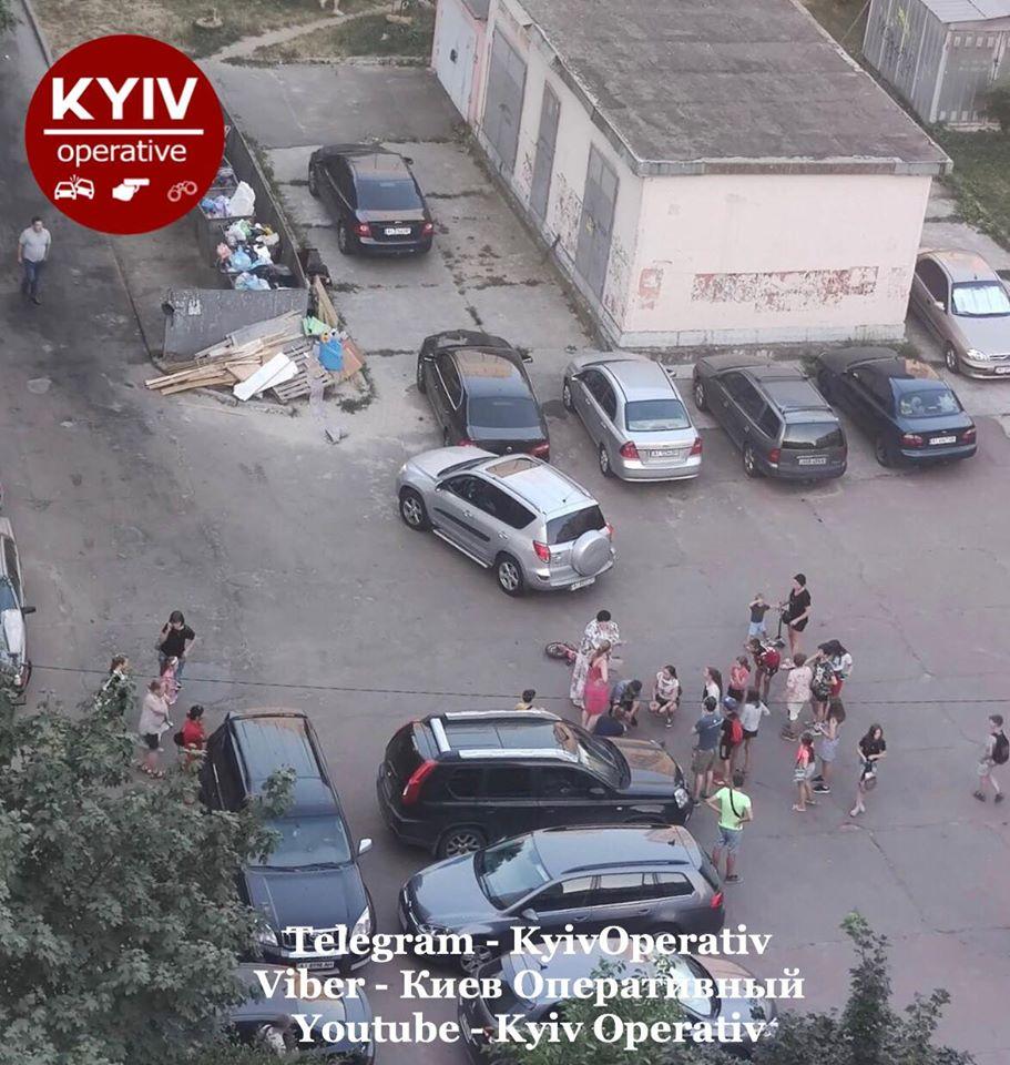На Киевщине пострадал малыш, а в столице авто врезались в опоры: Сводка