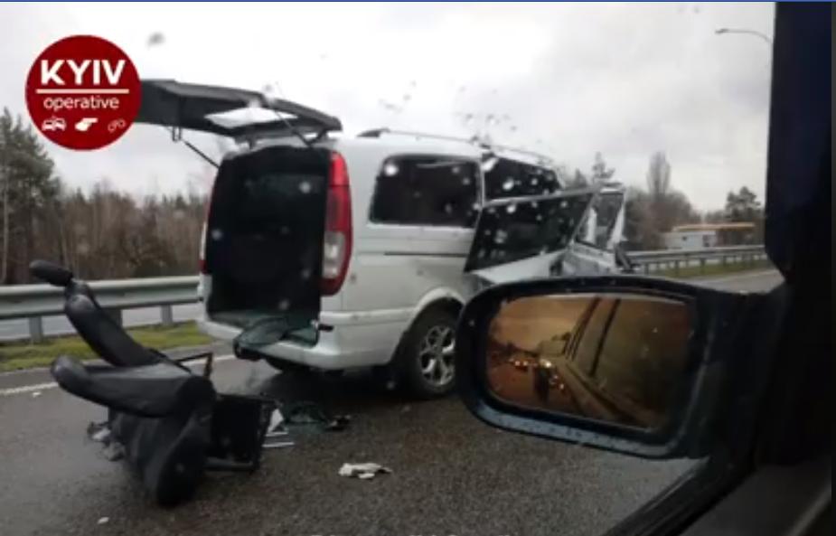 Микроавтобус получил повреждения. Информации о пострадавших нет