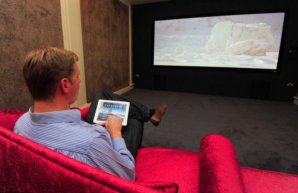 Директор Cornflake Гэри Льюис управляет 4-метровым экраном в мини-кинозале.