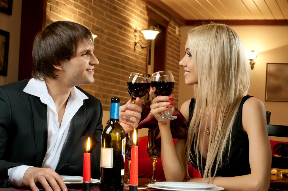 Красное вино - неотъемлемый аксессуар романтического свидания