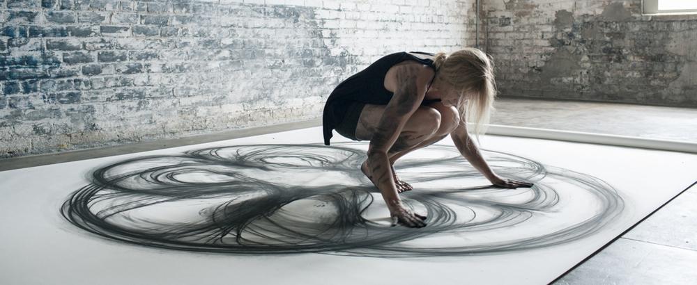 Американка Хизер Хенсен рисует своим телом удивительные картины