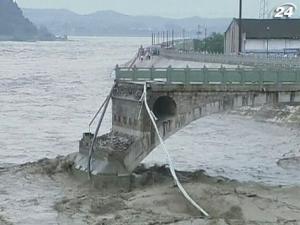 Наводнение в Китае смыло мост с автомобилями и людьми