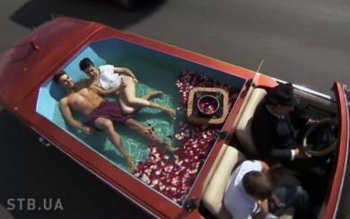 Холостяк 7 прокатился на свидание в лимузине-бассейне