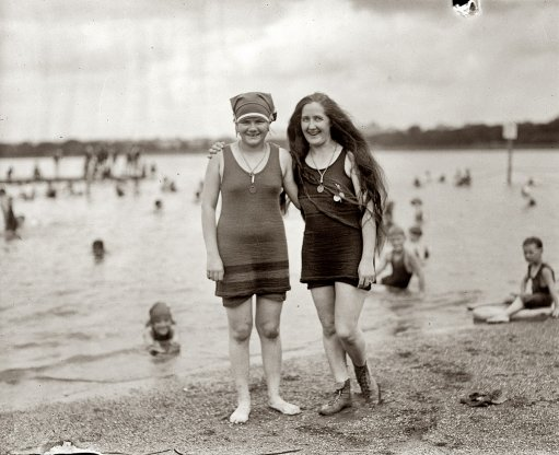 девушки на пляже ретро фото