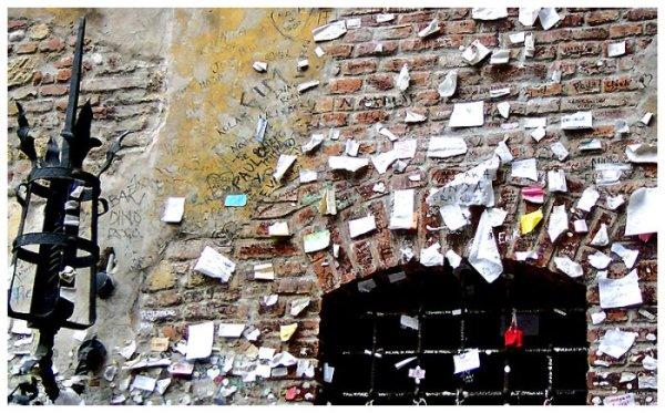 Записки и надписи влюбленных на стене Дома Джульетты