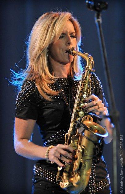 Скачать музыку девушка на саксофоне