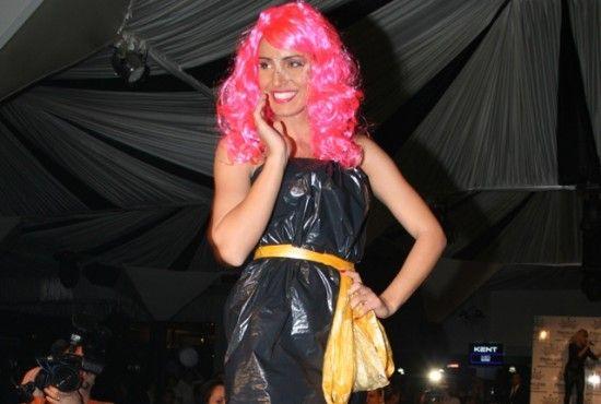 Фотографии платьев из мусорного пакета Где купитьмаленькое черное платье.