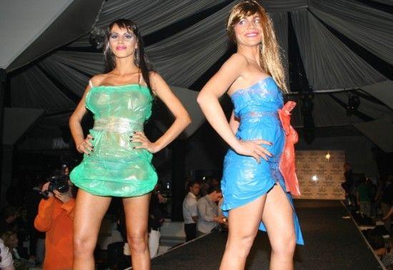 Предприимчивые модельеры или сами девушки как-то решили, что из мусорных пакетов получатся вполне симпатичные платья.