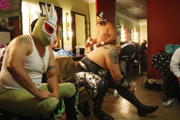 Смешной мексиканский реслинг.  Такие они забавные, в этих костюмах.
