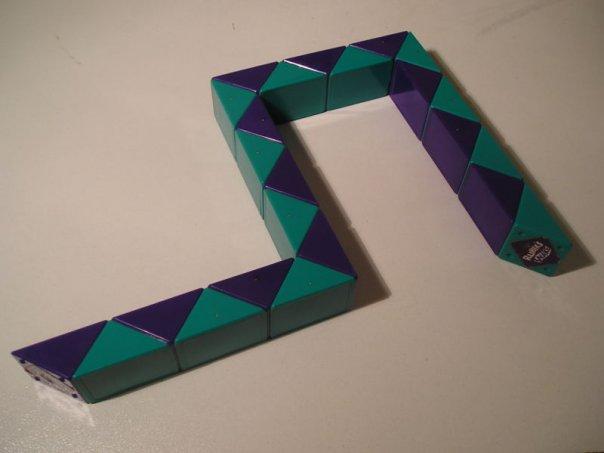 Змейка Рубика - головоломка, представляющая собой 24 шарнирно соединённых между собой призм в сечении равнобедренного...