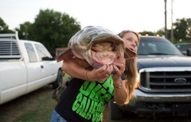 Уникальное соревнование в США - поймать рыбку голыми руками.  Netka.