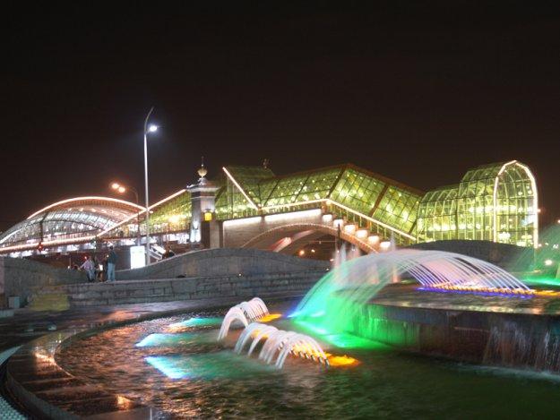 Скачать фото - Фонтан у Киевского вокзала в Москве Москва ночью. Серия ночной город. Скачать обои рабочего стола