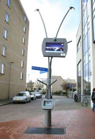 Уличный фонарь позволяет пользователям подключаться к интернету через связь Wi-Fi.