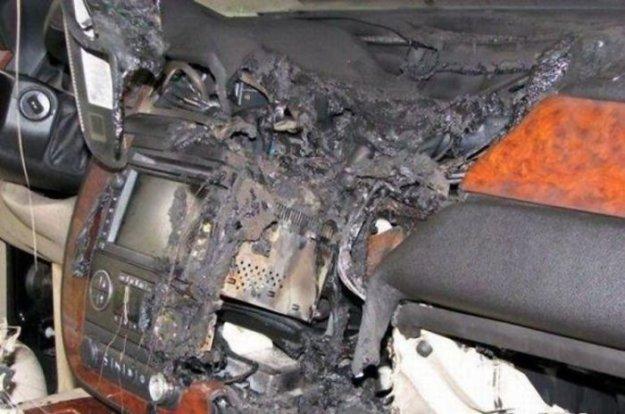 Не надо оставлять в машине зарядку для мобильного (5 фото)