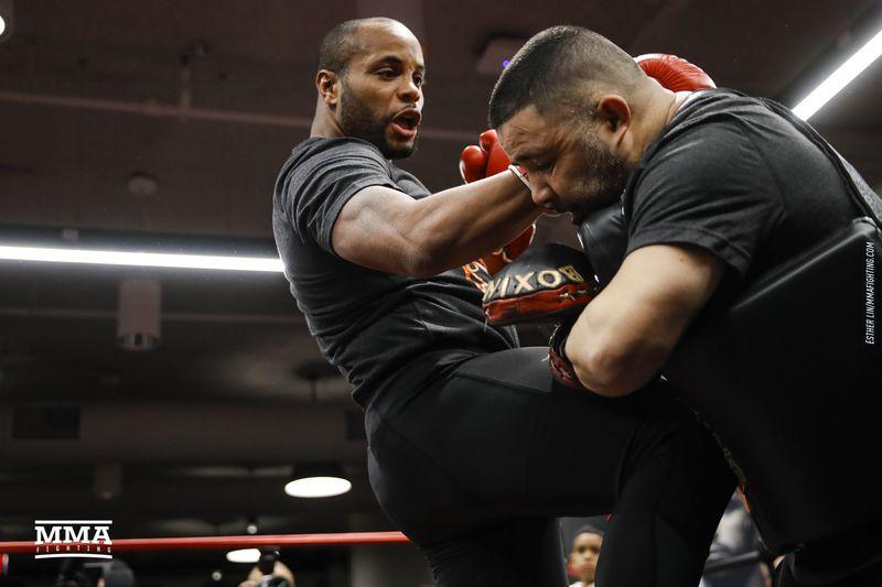 Кормье защитил титул чемпиона UFC вполутяжелом весе