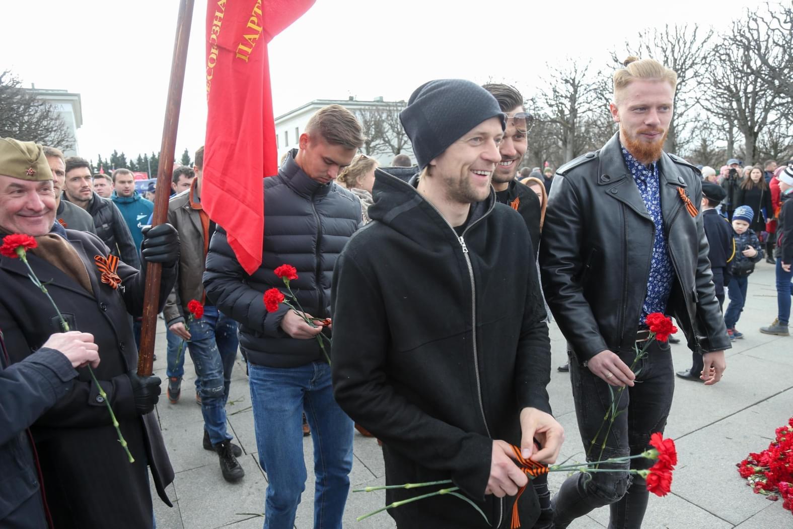 Легендарный украинский футболист засветился сгеоргиевской лентой напараде в Российской Федерации