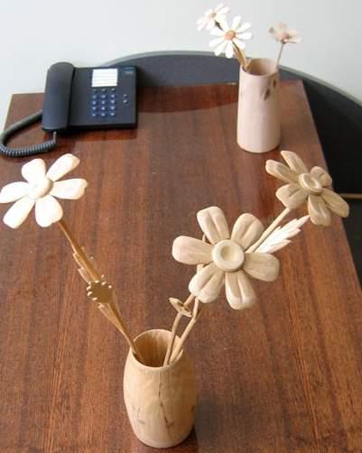 Из дерева цветок