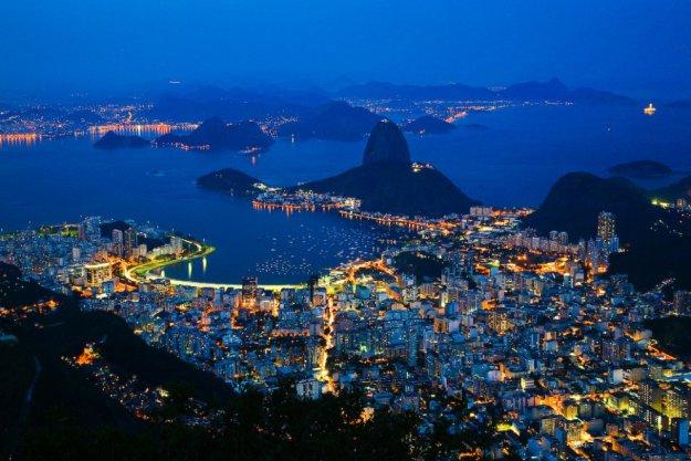 Вид на ночной рио с вершины холма