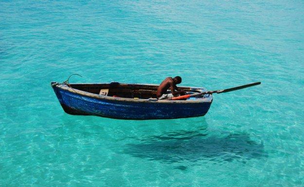 лодка скользит по его поверхности