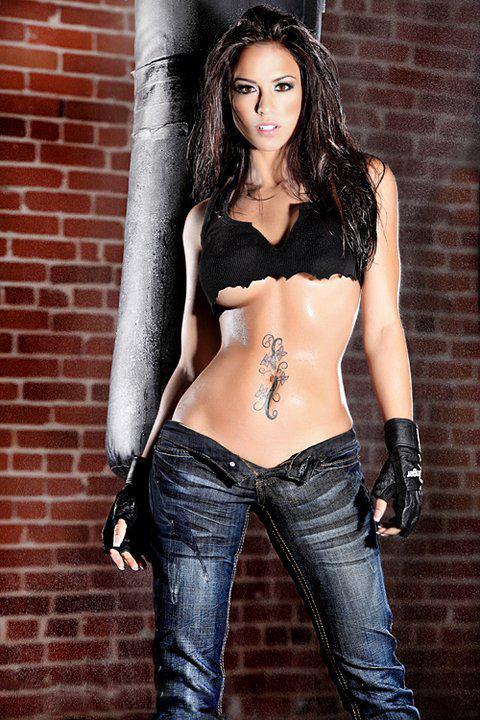 Девушка в джинсах фото качания