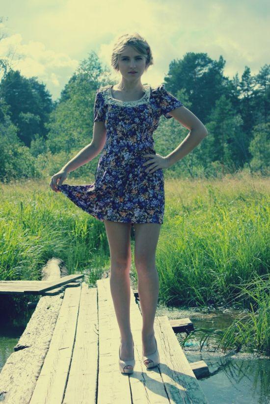 Фото девушек с ногами на столе