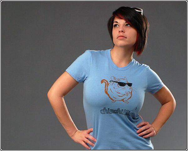 Девушки в футболках