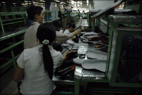Швейники контролируют изготовление одежды и аксессуаров с европейских моделей, начиная с подборки ткани, фурнитуры