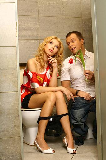 знаете где женщины оправляются в туалете камера Борис