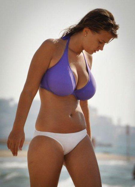 фото девушки на пляже бикини
