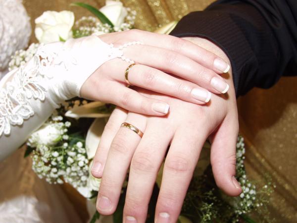 Фото обручальные кольца на пальцах