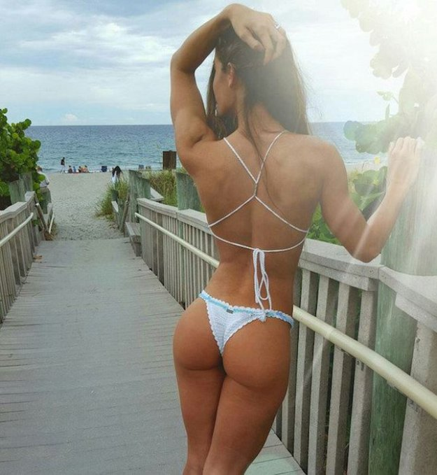 zagorelaya-devushka-v-bikini-foto