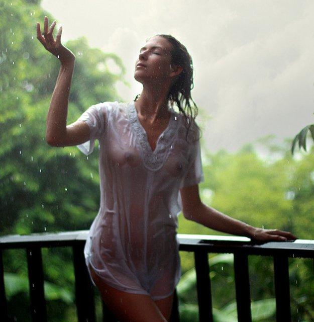 голые под дождем фото