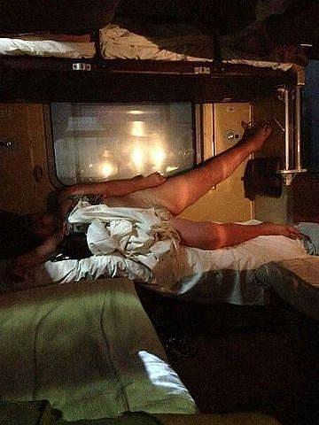фото голых девушек в плацкарте ночью