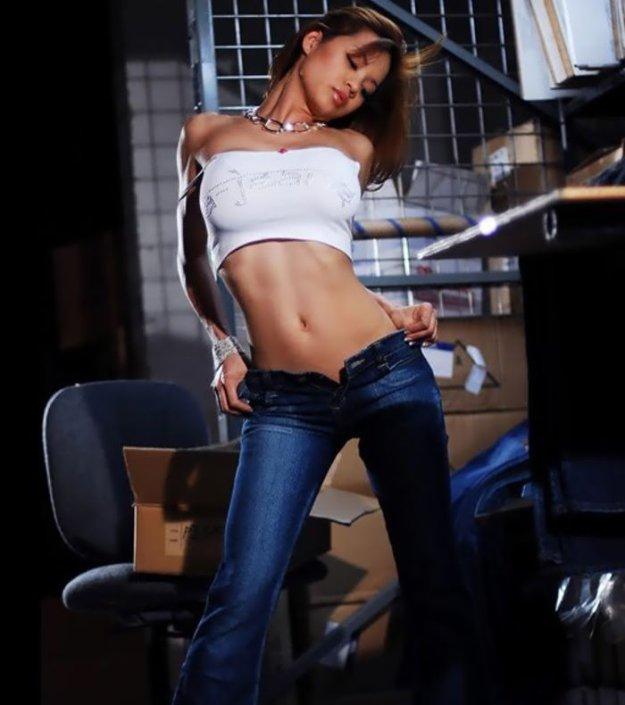 Телки в обтягивающих джинсах почаще