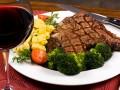СМИ: Украинцы все чаще едят импортное мясо и молочные продукты