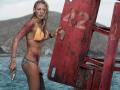 Блейке Лайвли спасается от акулы в новом триллере