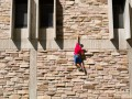 В Запорожье пьяный лез по стене на 4 этаж: вызвали полицию