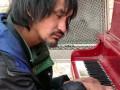 Бездомный пианист-самоучка из Канады стал звездой сети (видео)