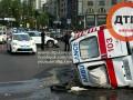 Машина скорой помощи вместе с новорожденным перевернулась в Киеве