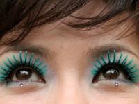 В салоне красоты женщине заклеили глаза суперклеем