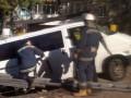 В Киеве микроавтобус провалился под асфальт
