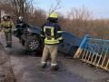 В Кривом Роге авто снесла ограждение и повисла над рекой