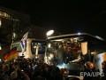 К офису Меркель приехал автобус с мигрантами