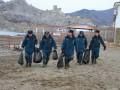 В Судаке очистили пляж от мазута