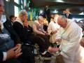 Папа Римский Франциск омыл и поцеловал ноги 12 инвалидам