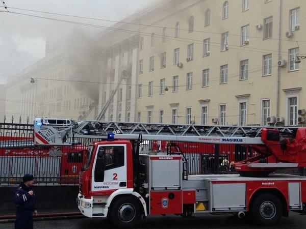 Cотрудники экстренных служб  присвоили пожару вмногоэтажном здании  Минобороны наивысшую категорию трудности