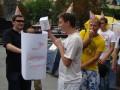 Львовская оппозиция подарила Януковичу на день рождения лапшу и слуховой аппарат