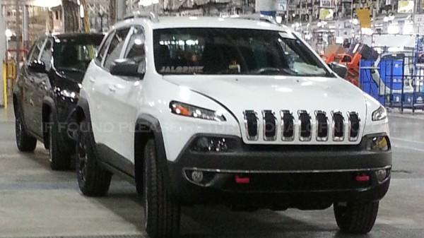 Новый Jeep Cherokee засняли без камуфляжа. Похоже, на заводе.