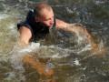 В Азовском море спасатели вовремя вытащили девочку, которую на матрасе унесло в море